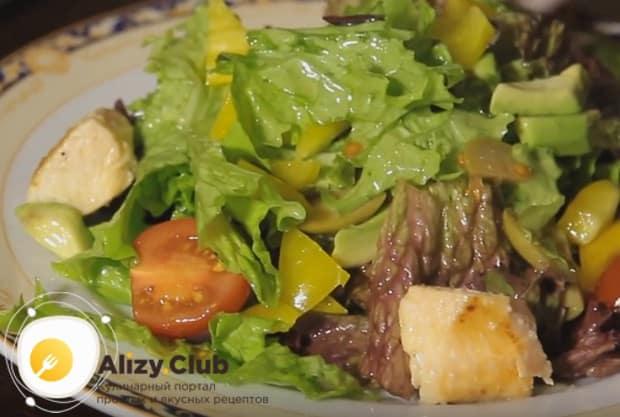 Сверху на овощи выкладываем прямо со сковороды поджаренные морепродукты.