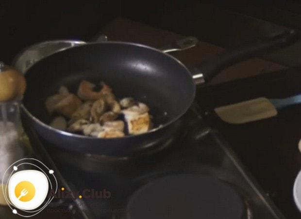 Добавляем к ингредиентам на сковородке мидии.