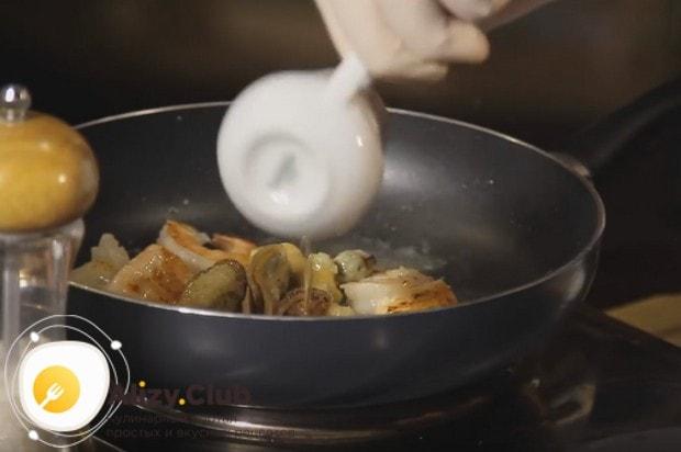 Наливаем на сковороду белое сухое вино и выпариваем.