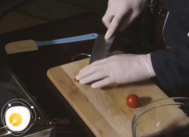 Нарезаем пополам помидоры черри.
