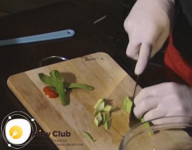 Небольшими кусочками нарезаем авокадо.