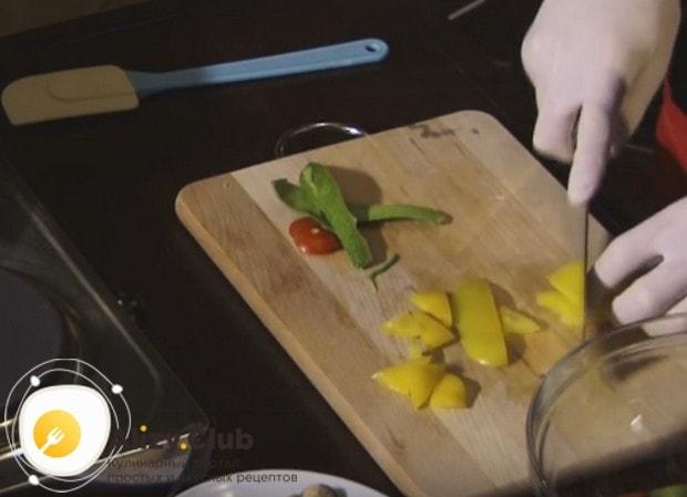 Очищаем от семян и плодоножки болгарский перец и режем на кусочки.