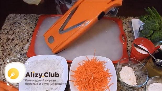 Для приготовления вкусного салата из редьки натрите морковь.