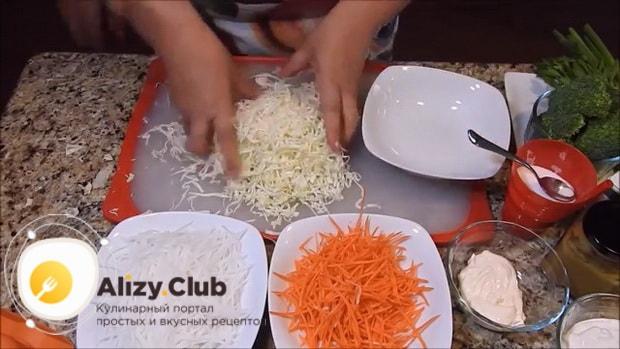 Для приготовления вкусного салата из редьки натрите капусту.