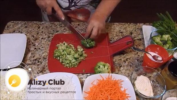 Для приготовления вкусного салата из редьки нарежьте все ингредиенты.