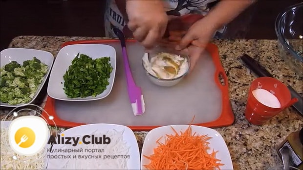 Для приготовления вкусного салата из редьки приготовьте соус.
