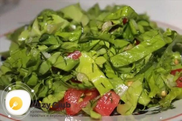 Выливаем нашу заправку в салат и хорошенько перемешиваем