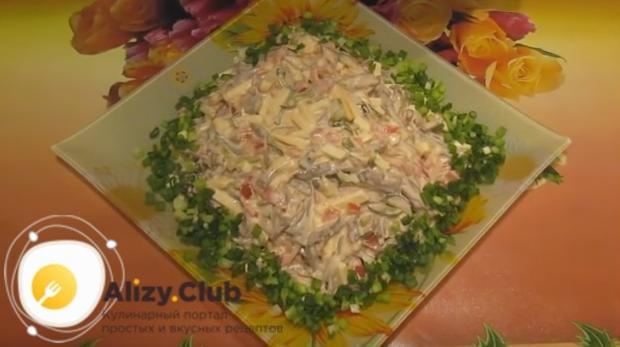 Выкладываем салат на блюдо или в салатницу