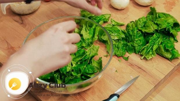 Попробуйте приготовить салат из шпината с яйцом и помидорами