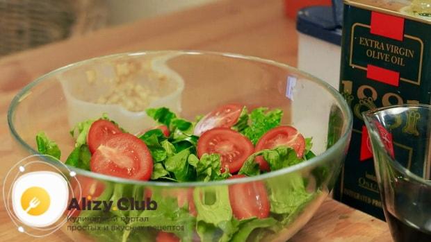Приготовьте все ингредиенты для приготовления салата со шпинатом и яйцом