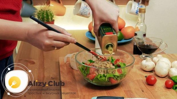 смешайте все ингредиенты для приготовления салата со шпинатом и яйцом