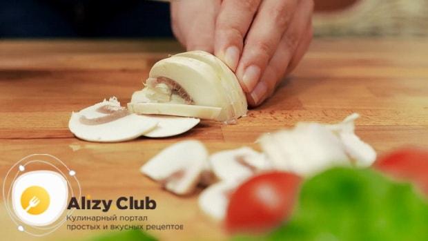 Нарежьте грибы для приготовления салата со шпинатом и яйцом