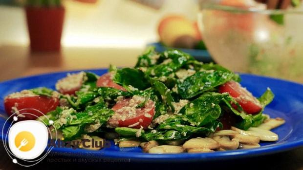 Вкусный салат со шпинатом и яйцом готов.
