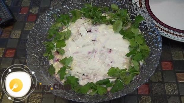 Украшаем листочками зелени края салата