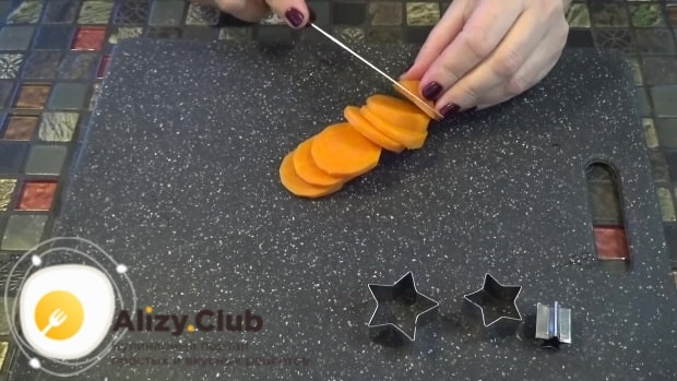 Оставленный для украшения кусочек моркови нарезаем тонкими кружочками