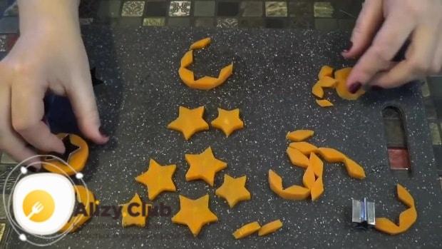 Из кружочков с помощью формочек вырезаем звездочки