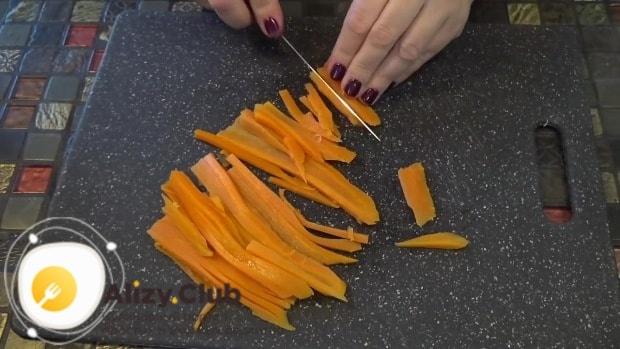 От моркови отрезаем приблизительно 1/5 часть со стороны «носика» и откладываем в сторону