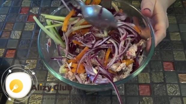 Перекладываем готовый салат в салатник
