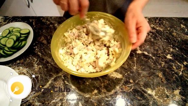 Попробуйте приготовить салат с ананасами и ветчиной