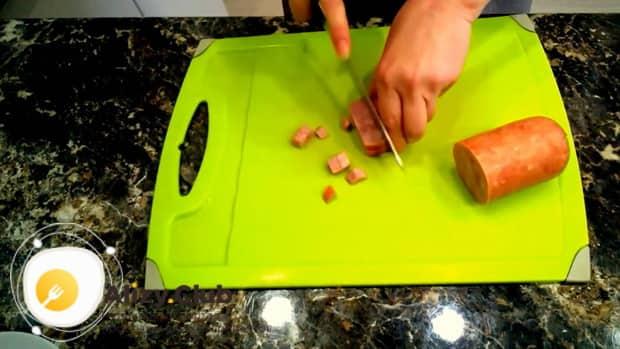Попробуйте приготовить салат с ветчиной и кукурузой.