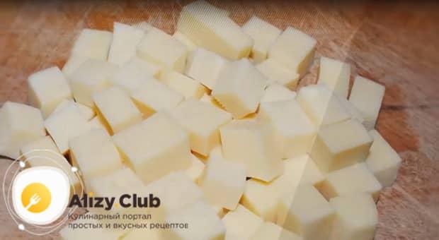 Нарежьте сыр для приготовления салата с ветчиной