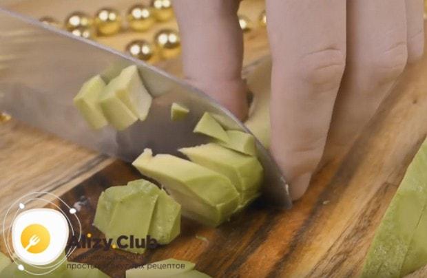 Извлекаем из авокадо косточку, очищаем его от кожуры и режем на кусочки.