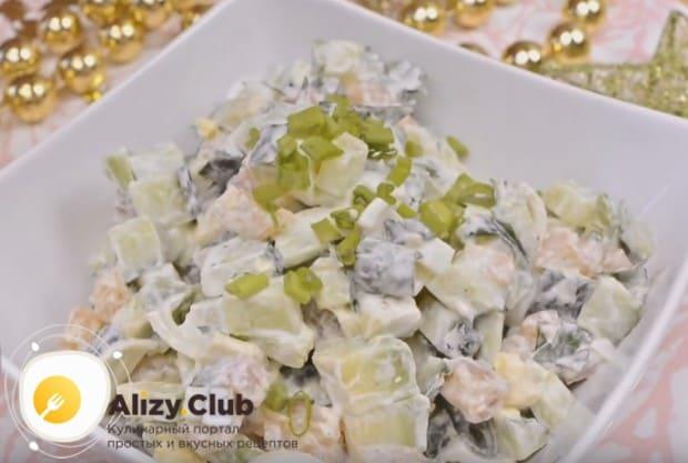 Салат с авокадо и красной рыбой можно заправить традиционно майонезом либо сметаной.
