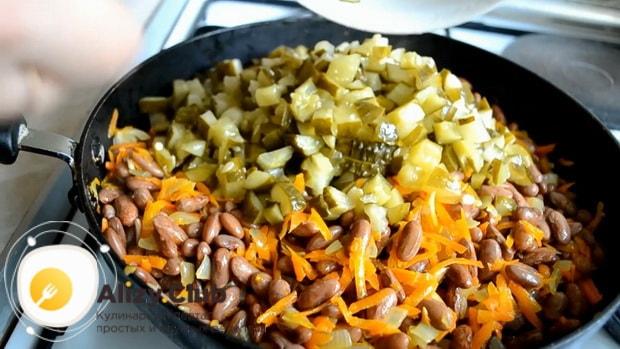 Попробуйте приготовить простой салат с солеными огурцами