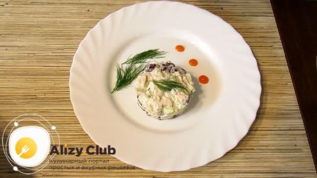 Салат с копченой курицей и фасолью готов.
