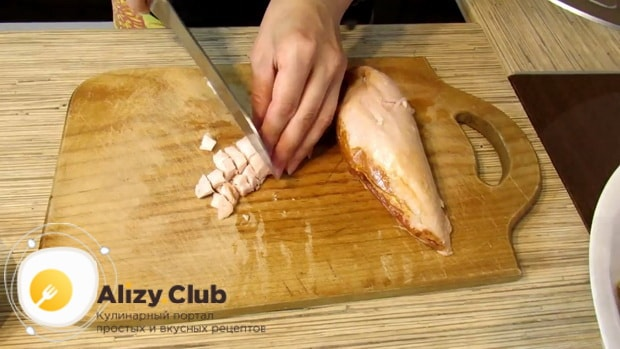 Подготовьте ингредиенты для приготовления салата с копченой курицей и фасолью