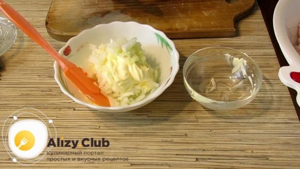 Нарежьте лук для приготовления салата с копченой курицей и фасолью