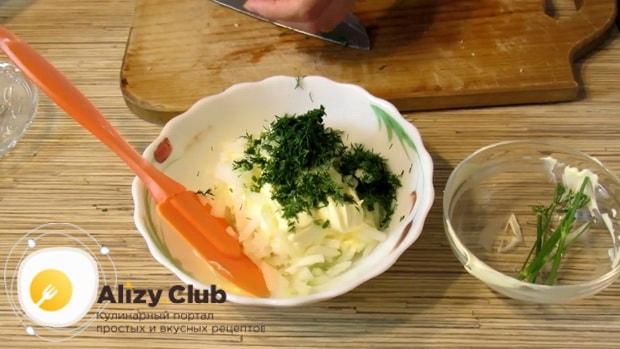 Нарежьте зелень для приготовления салата с копченой курицей и фасолью