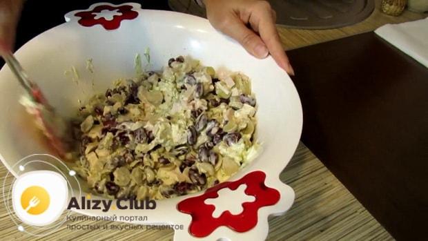 Вкусный салат с копченой курицей и фасолью готов.