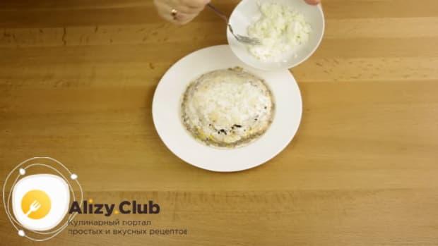 Выложите белок как верхний слой для приготовления салата с копченой курицей