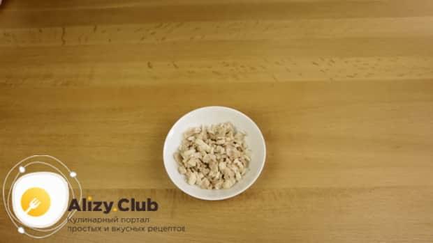 Попробуйте приготовить салат с копченой курицей и грибами