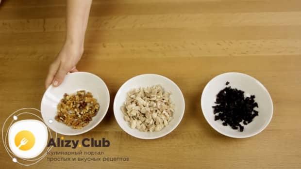 Попробуйте приготовить салат с копченой курицей и свежим огурцом