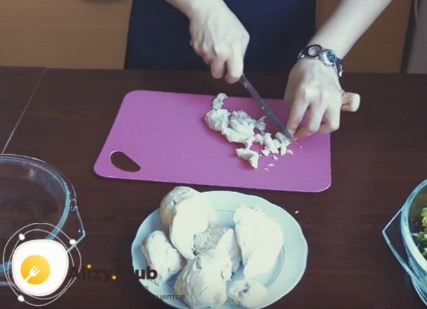 Нарезаем отваренное куриное филе на небольшие кусочки.