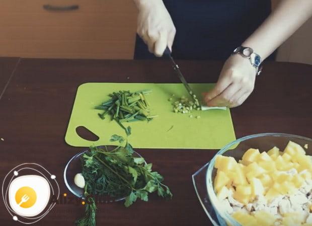 Выбираем зелень по вкусу, мелко рубим и добавляем к остальным ингредиентам.