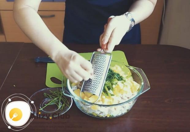 На мелкой терке измельчаем чеснок и добавляем в салат.