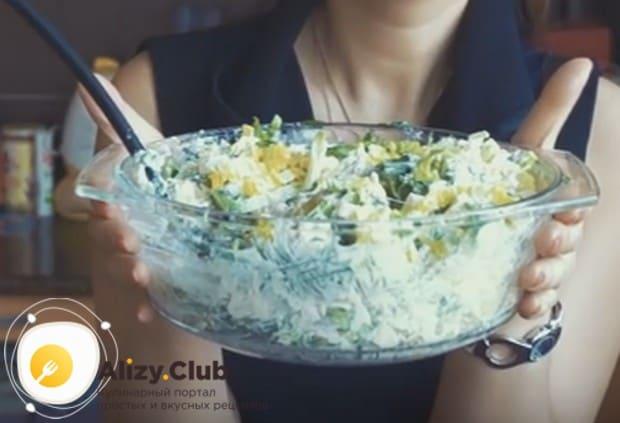Хорошо перемешиваем все компоненты, и салат можно пробовать!