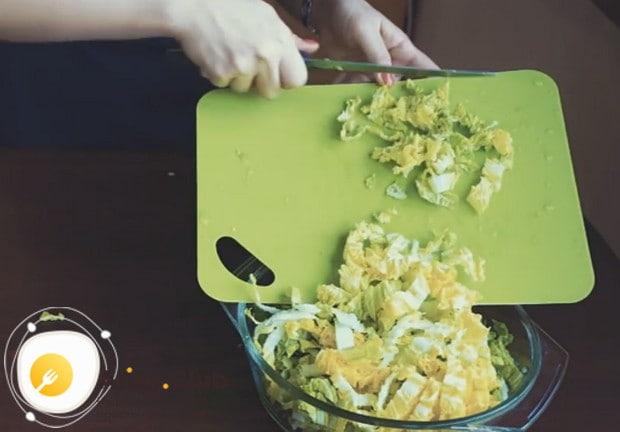 Очень вкусным получается салат с ананасом и курицей и пекинской капустой.