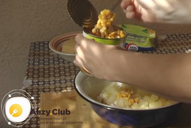 Салат готовим с курицей, ананасом и кукурузой.