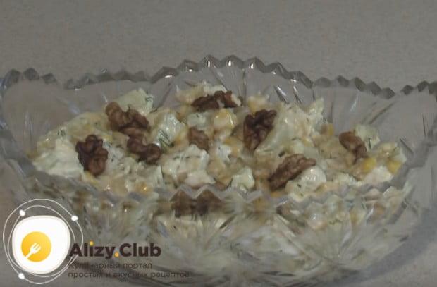 Вот мы и приготовили вкусный салат с консервированными ананасами и курицей..