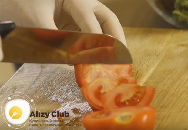 Дольками режем помидоры и добавляем в салат.
