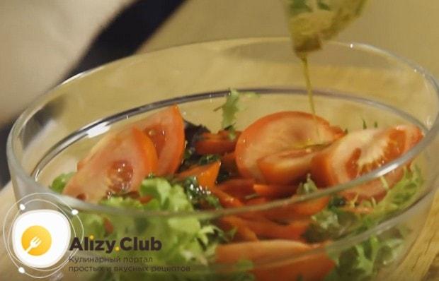 Заправляем овощи подготовленным соусом.