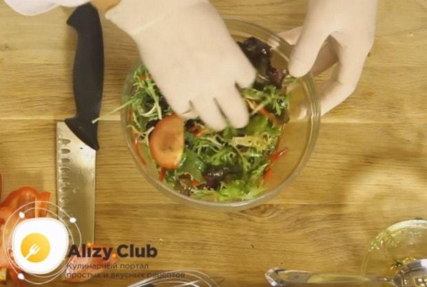 Перемешиваем салат, чтобы соус попал на все овощи.