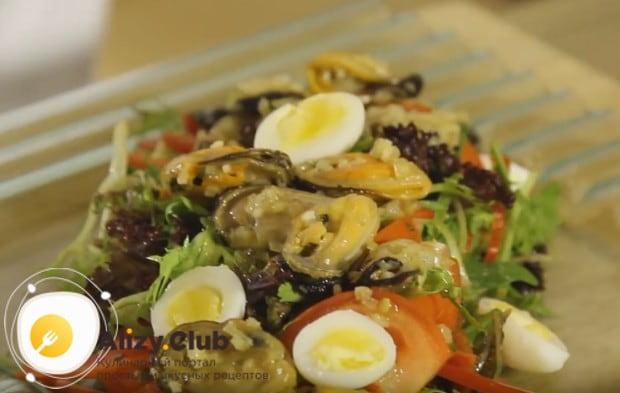 На блюдо сначала выкладываем овощи, затем морепродукты, а сверху украшаем кусочками перепелиных яиц.