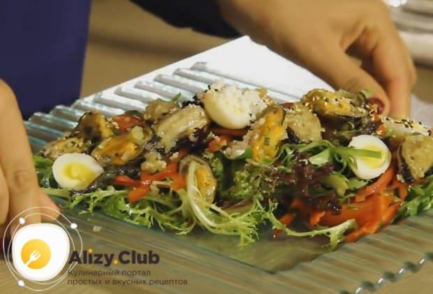 такой морской салат из морепродуктов выглядит очень богато.