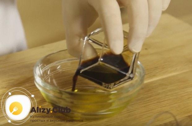 Для заправки салата соединяем оливковое масло с соевым соусом.