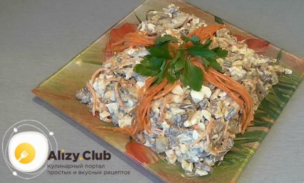 Вкуснейший салат с куриной печенью и корейской морковью готов.